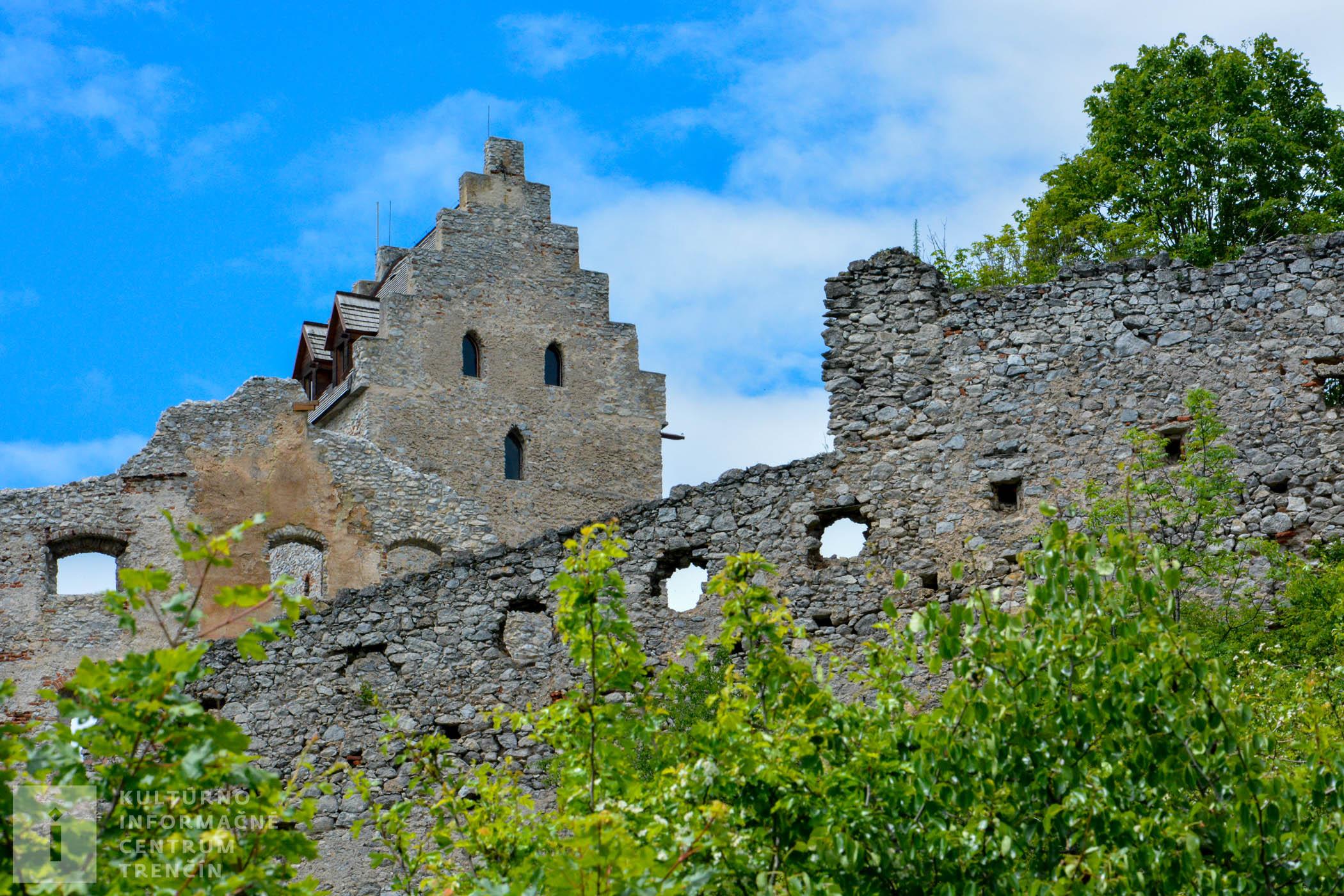 Neďaleko Topoľčianskeho hradu sa nachádza jaskyňa Opálená skala a pozostatky halštadského hradiska na Úhrade.