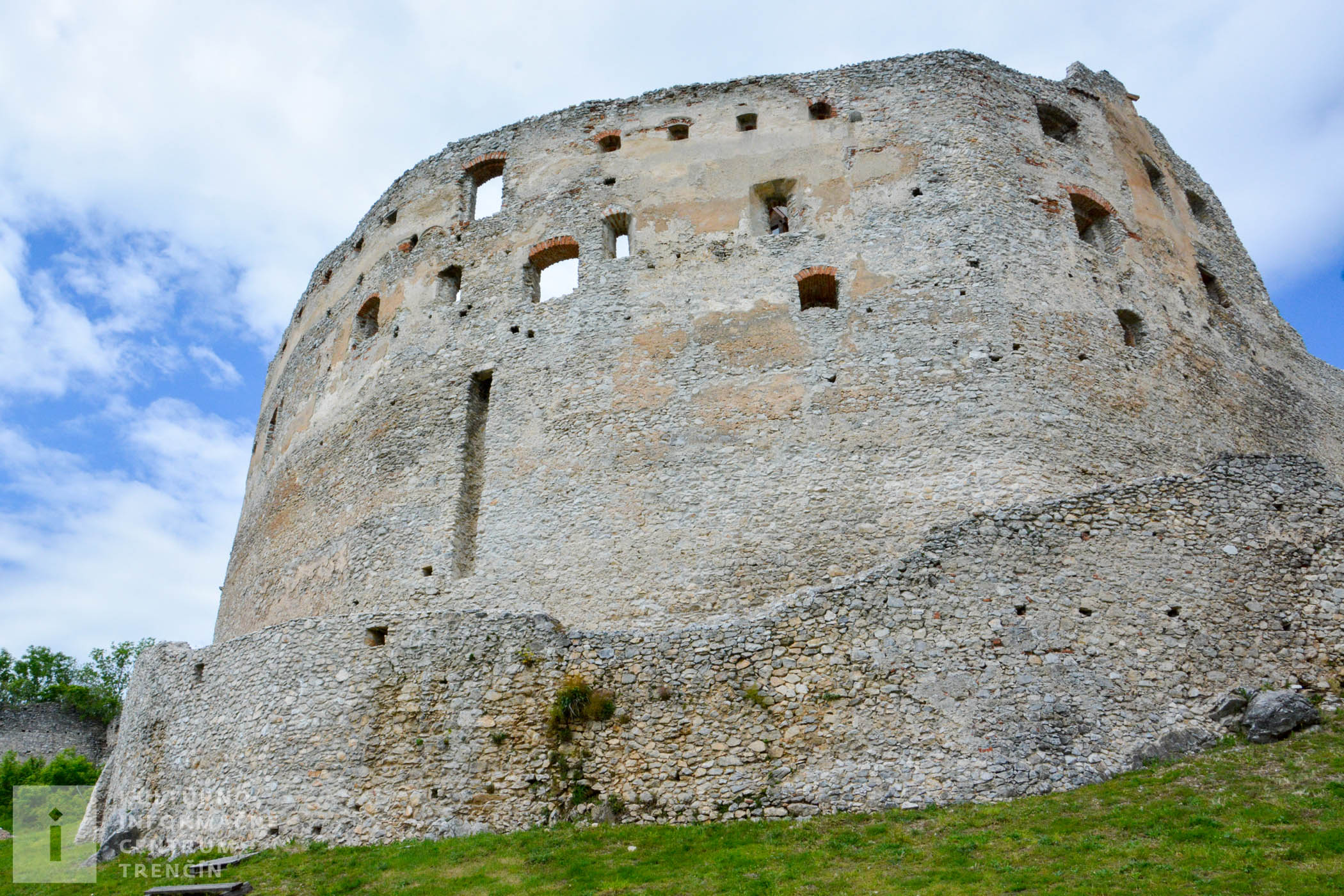 Topoľčiansky hrad spolu s hradmi Uhrovec a Oponice patrili medzi považské strážne hrady.
