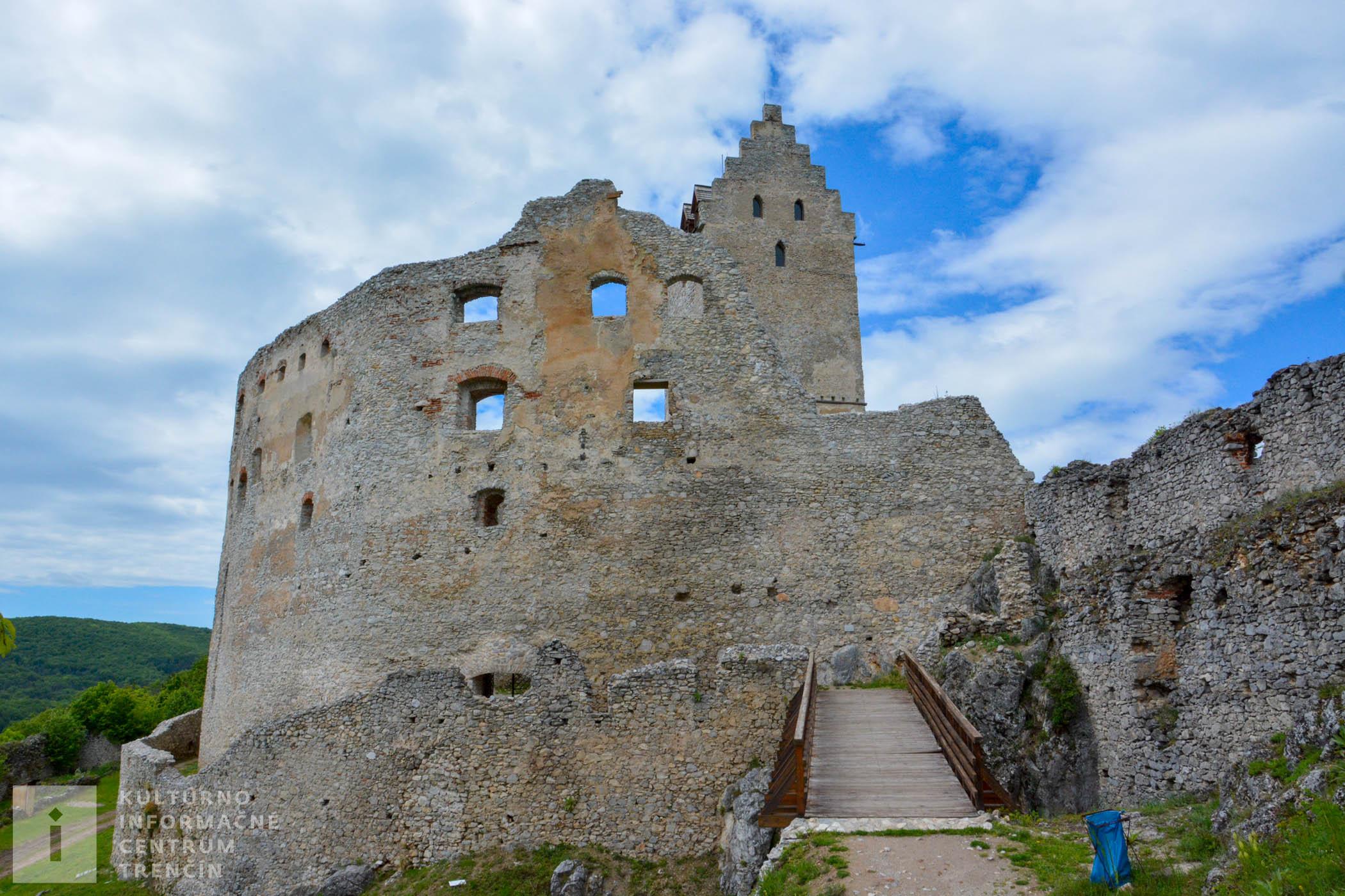 Prvá písomná zmienka o Topoľčiankom hrade pochádza z 13. storočia.