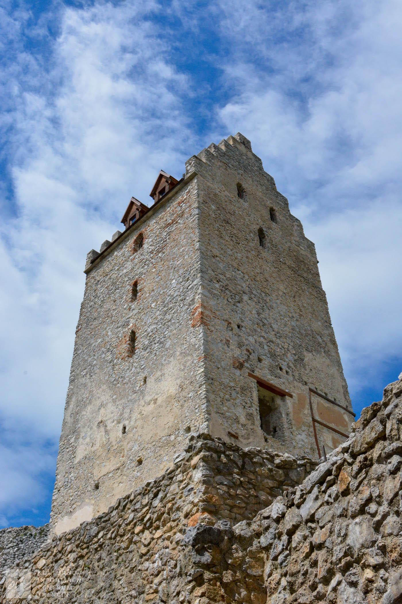 V hranolovej veži Topoľčianskeho hradu je možnosť vidieť expozíciu k dejinám hradu.