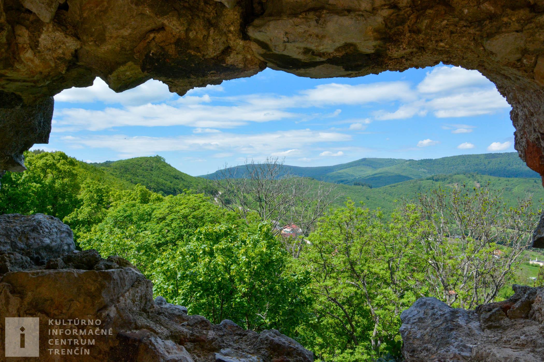 Hrad sa nachádza priamo nad obcou Podhradie a je z neho nádherný výhľad na Hornú Nitru, vrch Zobor či Strážovské vrchy.