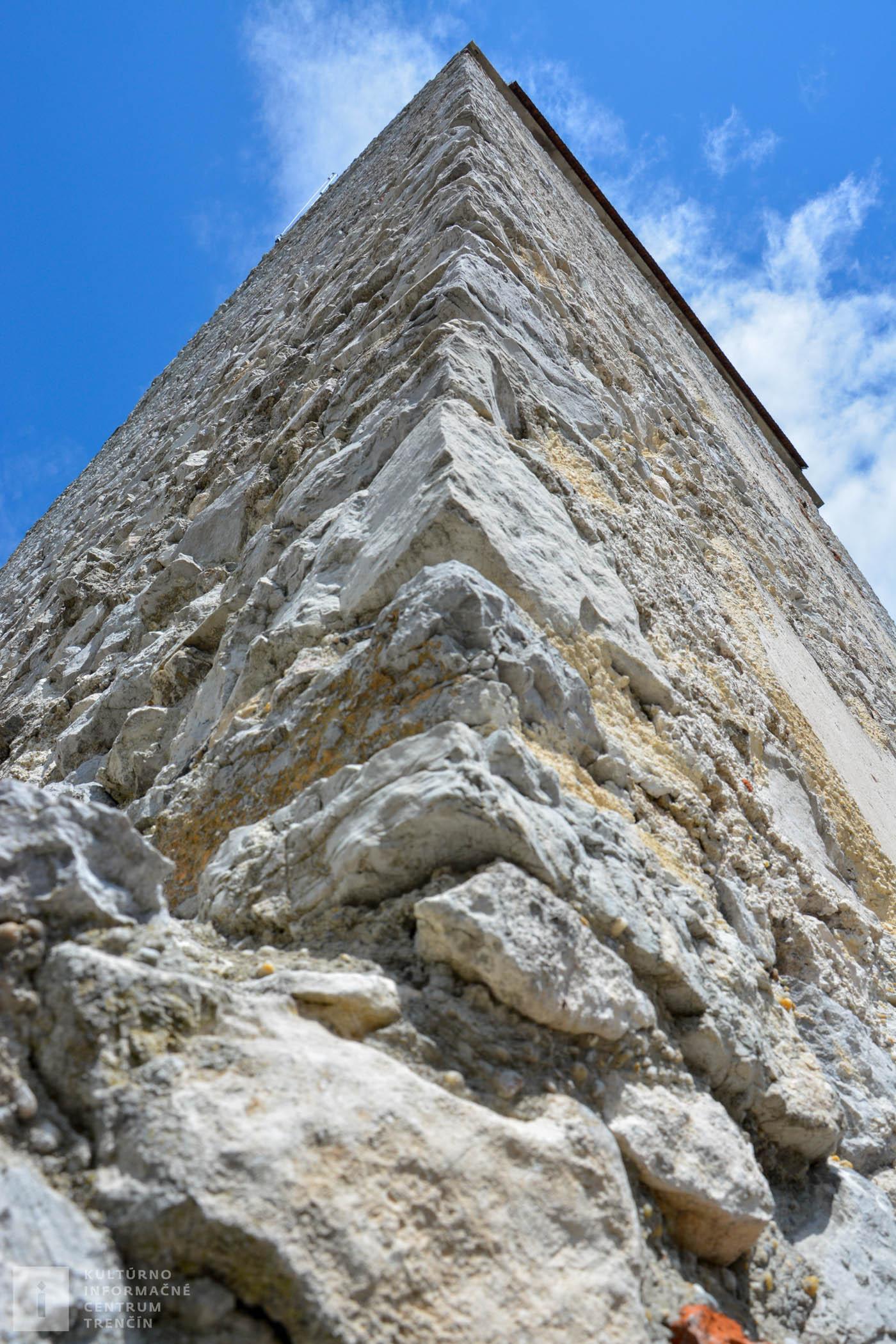 Na Topoľčiansky hrad sa dostanete z parkoviska, ktoré sa nachádza na hornom konci obce Podhradie sa približne za 10 minút chôdze, avšak do prudkého kopca.