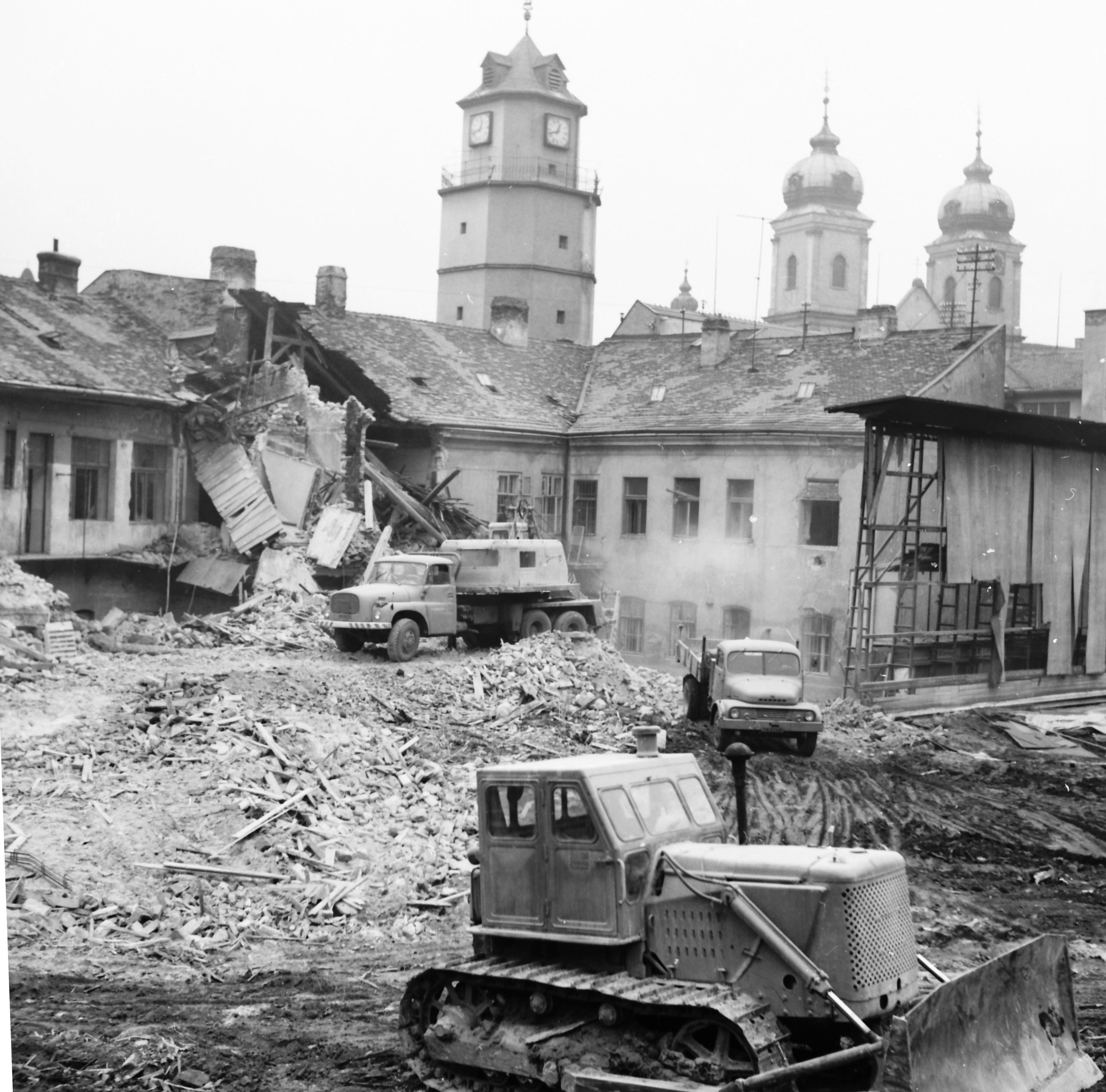 10. Excavator tears down the rear section of the building at the site of today's Atrium under the City Tower (1974).
