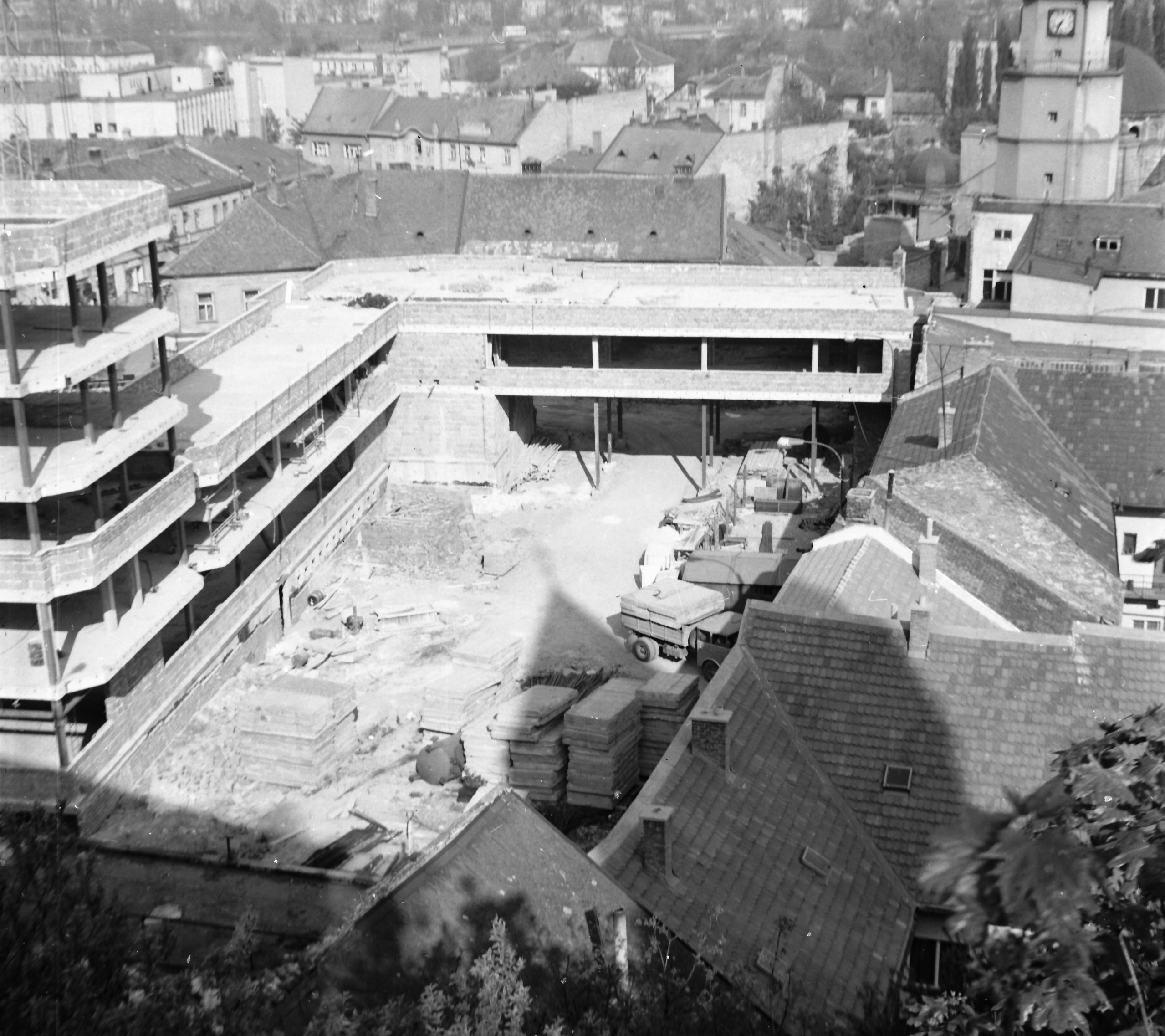 16. A year later, the frame of a new building, the then District National Committee, stood in that place (1976).