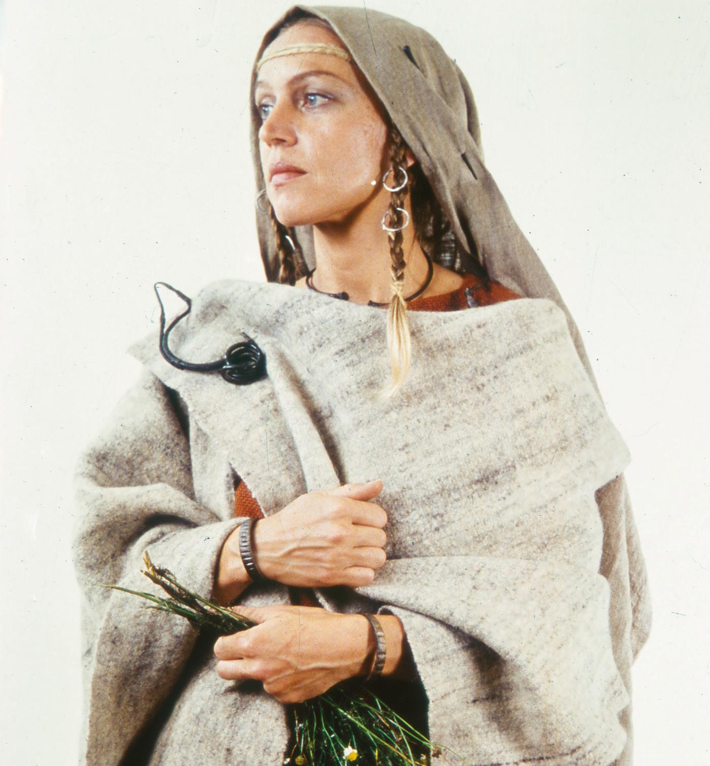 Rekonštrukcia ženského odevu ľudu púchovkej kultúry