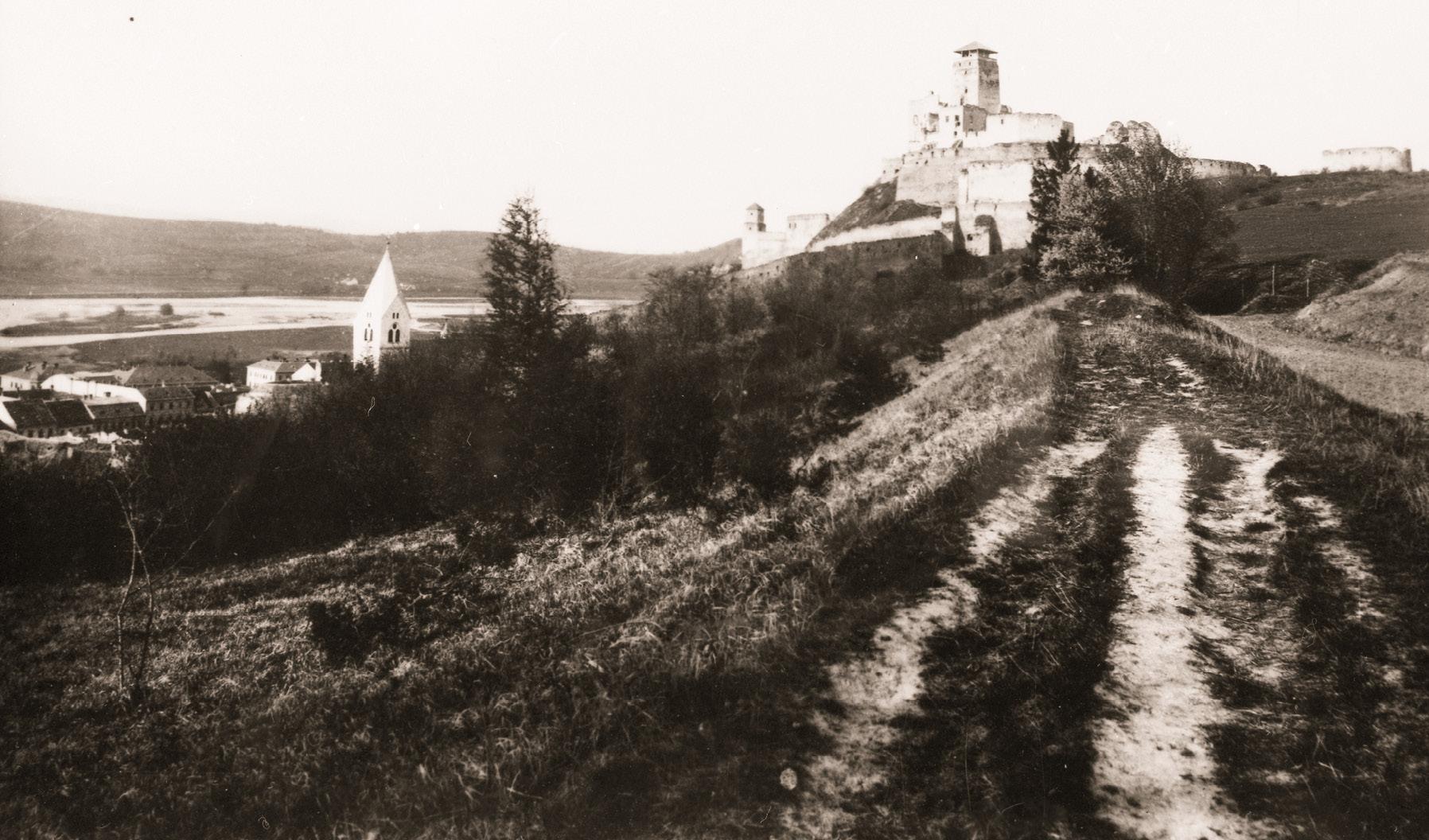 Pohľad na hrad a Brezinu z juhu z roku 1931
