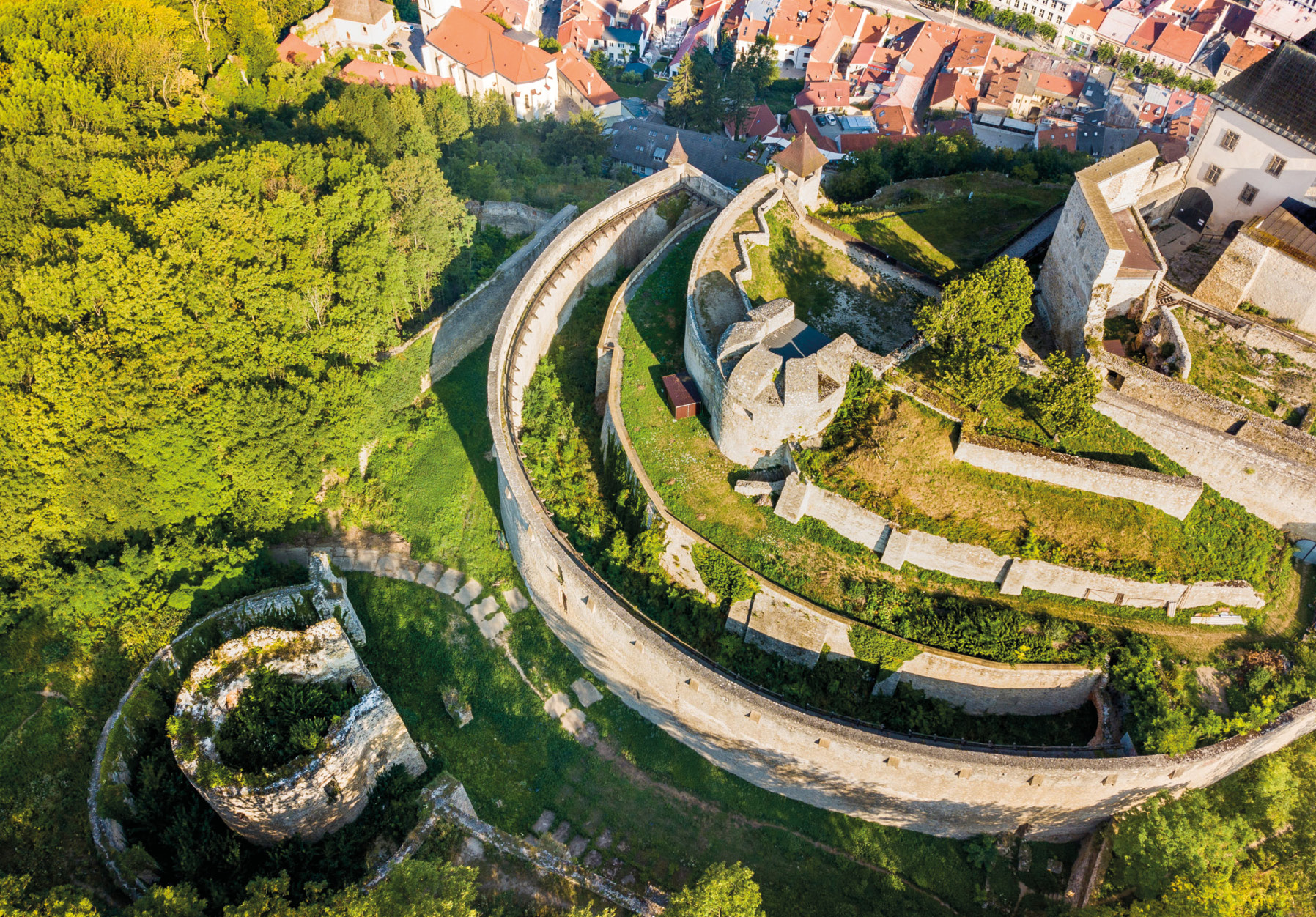 Južné opevnenie Trenčianskeho hradu v roku 2018
