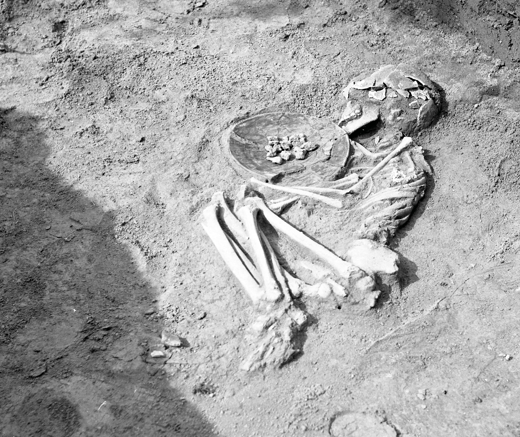 Hrob chlapca s miskou na milodary