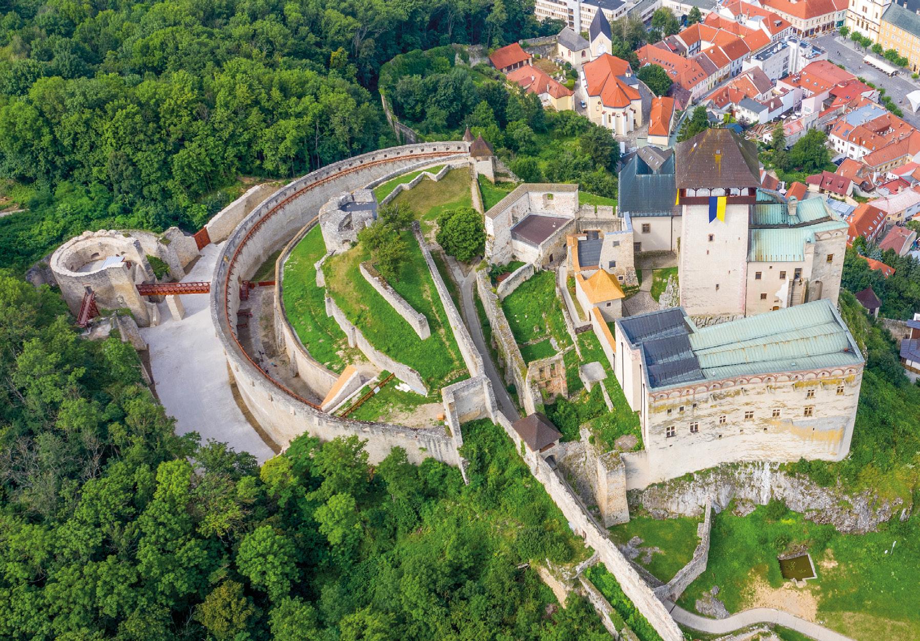Podoby južného opevnenia Trenčianseho hradu po realizácii projektu Trebuchet v roku 2020