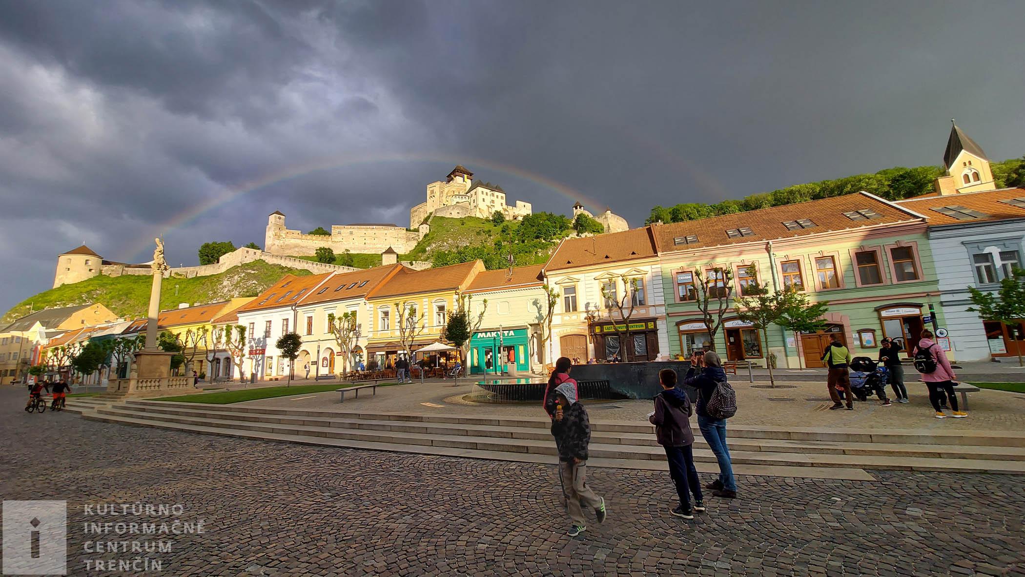 Dúha nad hradom
