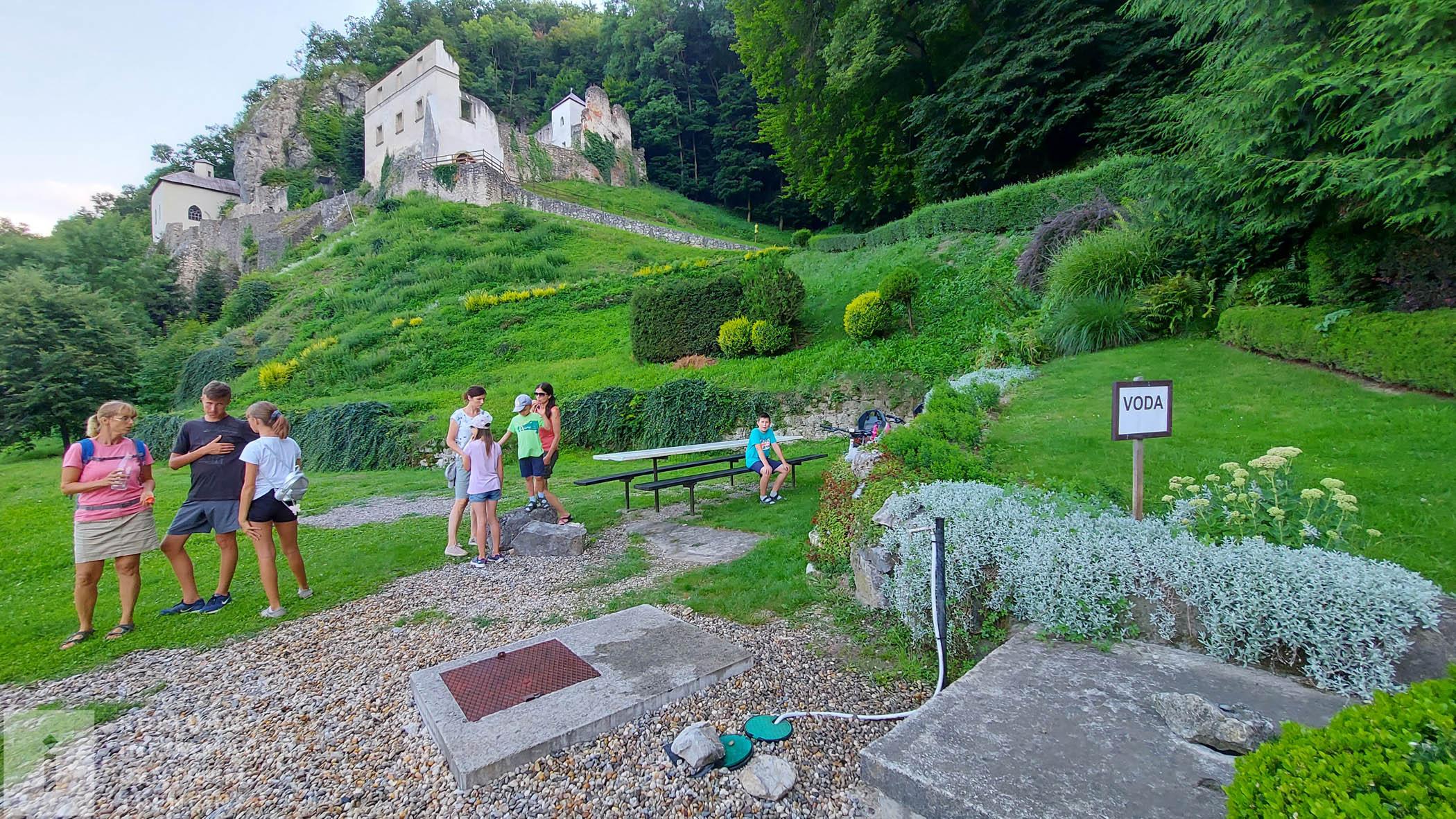 Posedenie pre pútnikov pod kláštorom